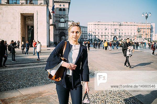 Junge Touristin mit Einkaufstaschen auf dem Stadtplatz  Mailand  Italien
