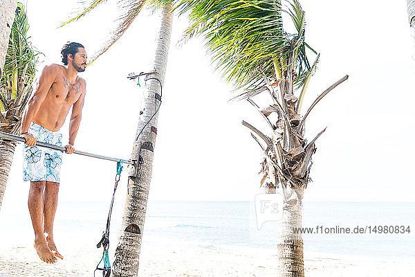 Am Strand trainierender Mann  Pagudpud  Ilocos Norte  Philippinen