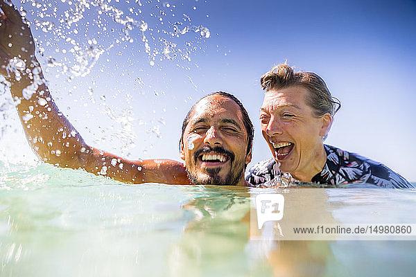 Plätschern eines Paares im Meer  Pagudpud  Ilocos Norte  Philippinen