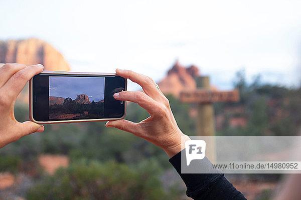 Frau beim Fotografieren von Landschaften,  Sedona,  Arizona,  USA