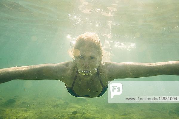 Unter Wasser schwimmende Frau