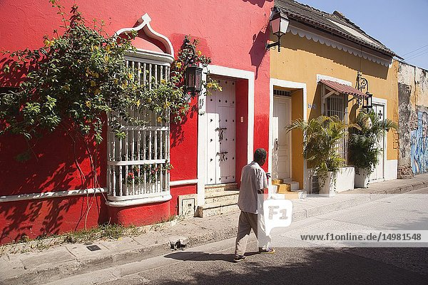 Local person in front of the colonial buildings at the historic center  Cartagena de Indias  Bolivar  Colombia  South America