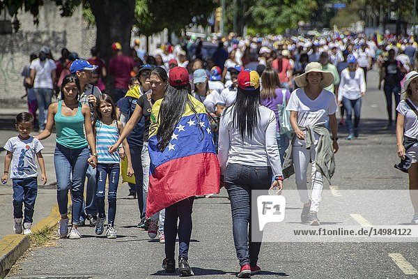 The citizens of Caracas gathered at the La Carlota air base to ask the Armed Forces to allow humanitarian aid into Venezuela and lay down their arms for Venezuela and show their support for President (E) Juan Guaidó.