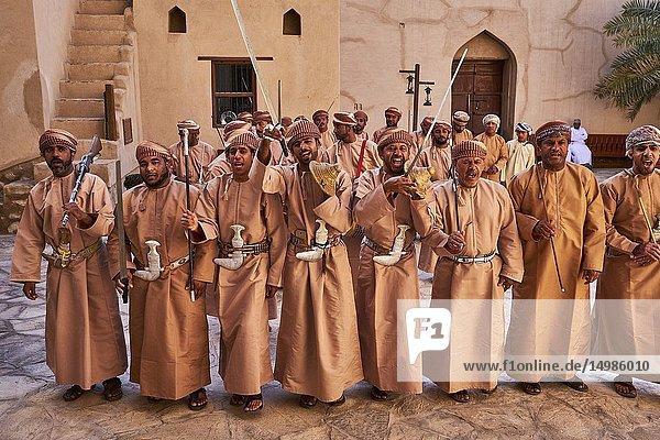 Sultanat d'Oman  gouvernorat de Ad-Dakhiliyah  Nizwa  le fort du XVIIe siècle  danses traditionnelles / Sultanate of Oman  Ad-Dakhiliyah Region  Nizwa  the 17 century fort  traditional dances.