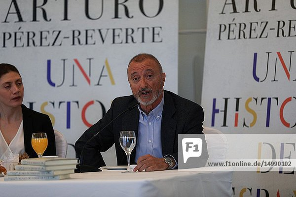 Four years of episode deliveries under the title 'Patente de corso' have provided Arturo Pérez Reverte with the material for 'A History of Spain'  the compilation of his 'readings  experience and common sense' about the memory of the country  ' from its origins to the end of the Transition '  and that today presents at a press conference.