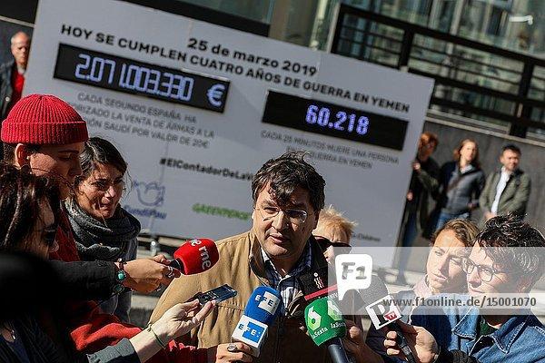 Alberto Estevez  spokesman for the campaign  appears giving a statement to the media. Several organizations have installed the accountant of the shame at the end of four years since the beginning of the conflict in Yemen and it is required that the export of Spanish arms to the Saudi coalition be stopped.