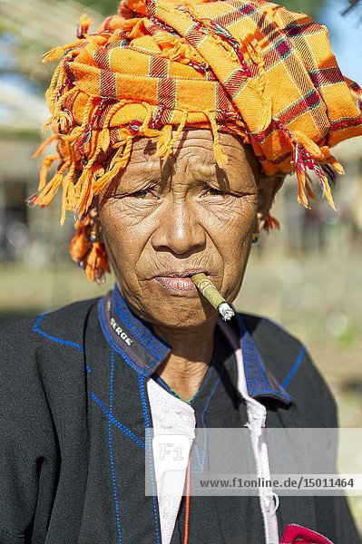 Myanmar (ex Birmanie). Inle lake. Shan state. Market day in the village. Woman of the PA-O ethnicity. Woman of ethnicity PA-O smoking a cheroot the Burmese cigar.