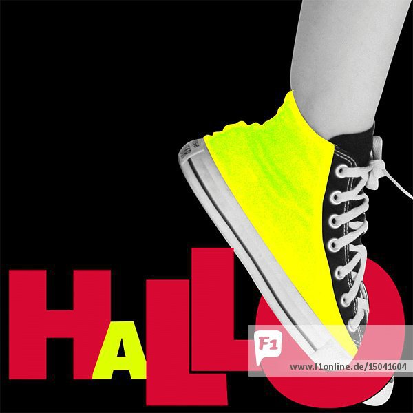 Hallo/Swinging Yellow Sneaker against Black Background Animation