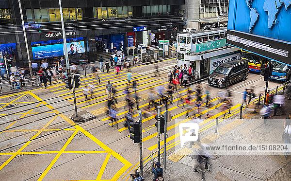 Pedestrians crossing road in Hong Kong Central  Hong Kong  China