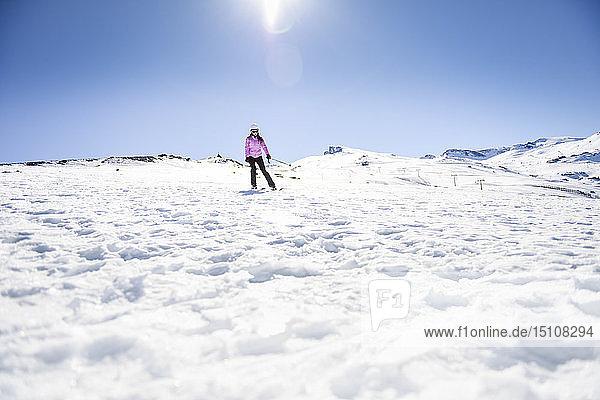 Frau fährt Ski unter blauem Himmel  Sierra Nevada  Andalusien  Spanien