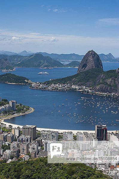 Ausblick von der Christus-Erlöser-Statue über Rio de Janeiro mit dem Zuckerhutberg  Brasilien