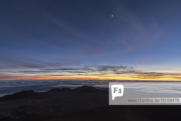USA  Hawaii  Vulkan Mauna Kea  Blick über die Vulkanlandschaft bei Sonnenaufgang