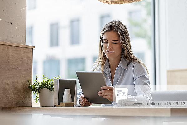 Junge Geschäftsfrau in einem Café mit Tablette