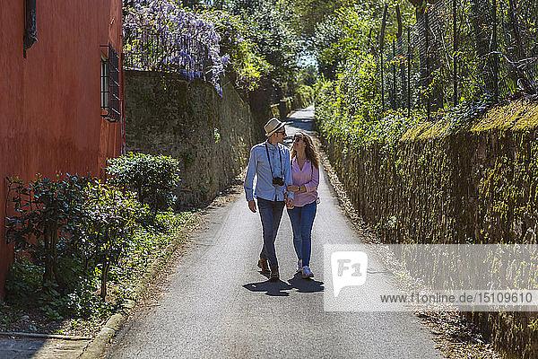 Liebevolles Paar schlendert durch enge Gassen in Florenz  Toskana  Italien