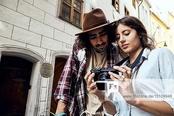 Junges Paar beim Fotografieren