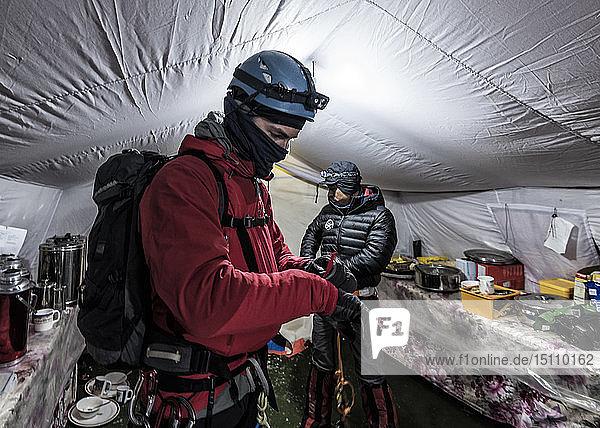 Nepal  Solo Khumbu  Moutaineer kehren zum Everest Basislager zurück