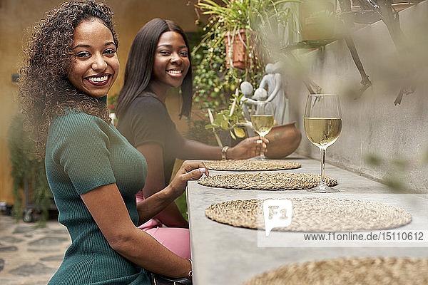Zwei glückliche Freunde verbringen Zeit miteinander in einem Restaurant