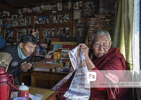 Nepal  Sherpa erhält den Segen von Moch  bevor er den Mount Everest besteigt