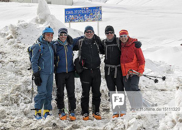 Georgien  Kaukasus  Gudauri  Porträt glücklicher Skitourenfahrer