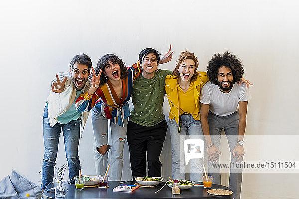 Porträt einer glücklichen Gruppe von Freunden in einem Restaurant