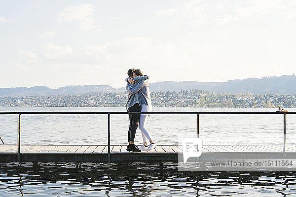 Junges Paar umarmt sich auf dem Steg am Zürichsee  Zürich  Schweiz