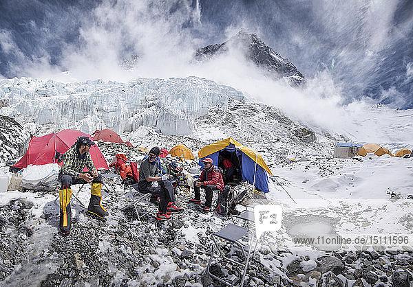 Nepal  Solo Khumbu  Everest  Western Cwm  Bergsteiger im Lager sitzend