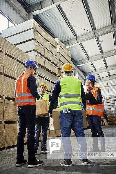 Arbeiter im Gespräch im Fabriklager