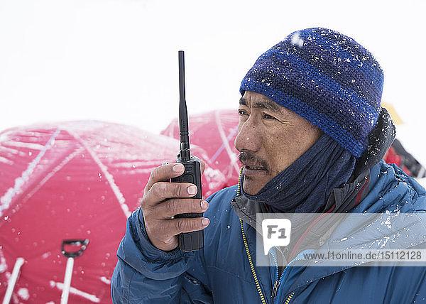 Nepal  Solo Khumbu  Everest  Ghurka usine radio in Lager 1