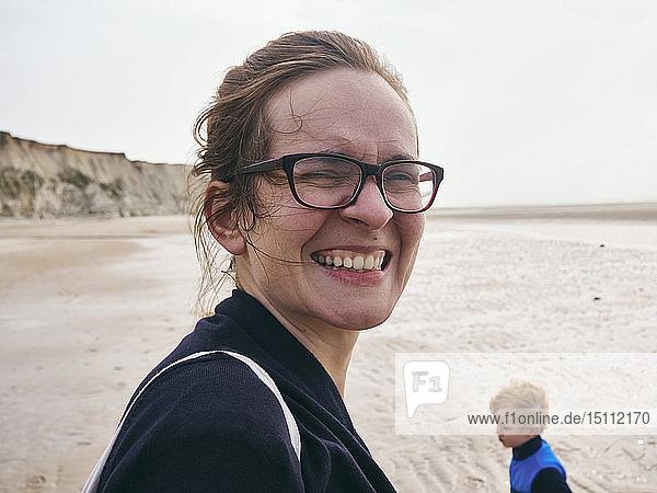 Frankreich  Grand-Fort-Philippe  Porträt einer Frau am Strand