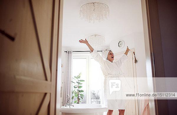 Glückliche reife Frau in einem Badezimmer zu Hause