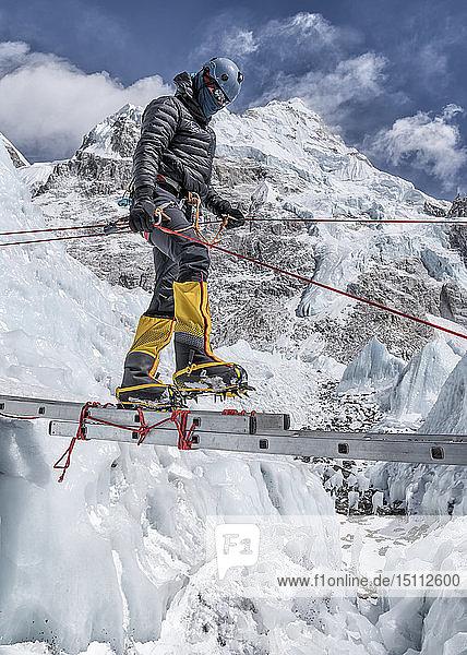 Nepal  Solo Khumbu  Everest  Bergsteiger beim Klettern am Eisfall