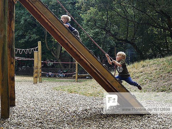 Zwei kleine Jungen haben Spaß auf dem Spielplatz
