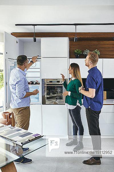 Paare beim Einkaufen für eine neue Küche im Ausstellungsraum
