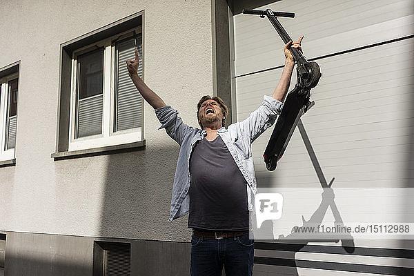 Schreiender Mann mit E-Scooter