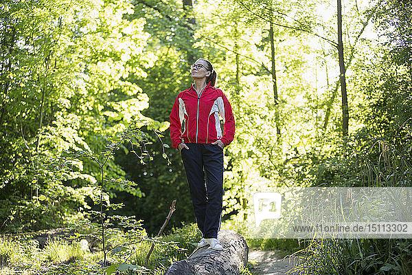Weibliche reife Joggerin im Wald