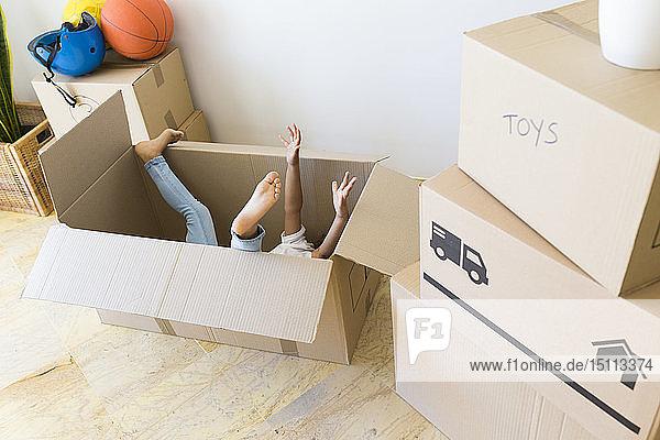 Unerkanntes Mädchen in Pappkarton im neuen Zuhause