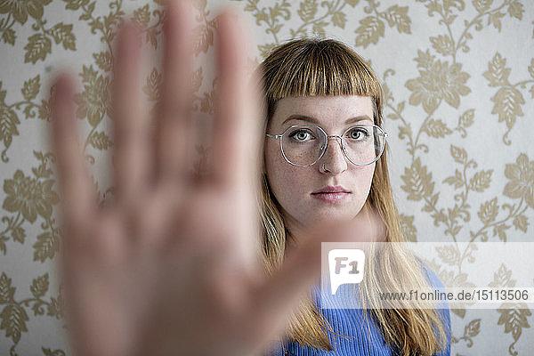 Studentin zeigt ihre Hand