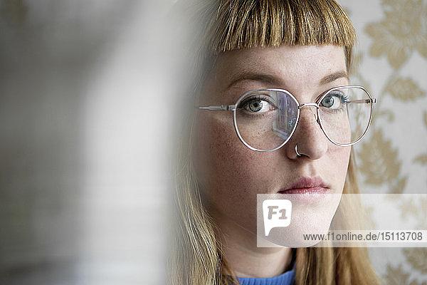 Porträt einer Studentin  die in die Kamera schaut