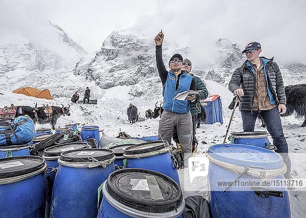 Nepal  Solo-Khumbu  Everest-Basislager  Sherpas beim Überprüfen der Vorräte