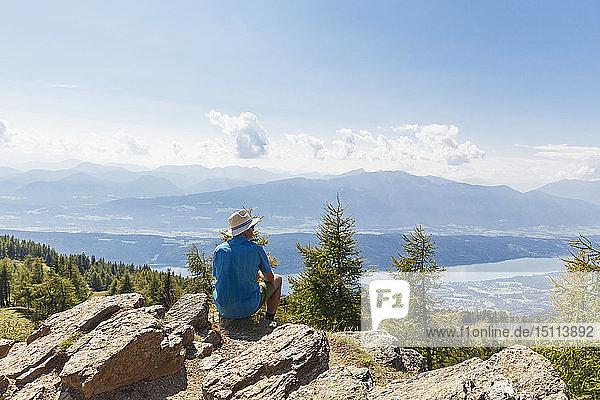 Wanderer rastet am Wanderweg Almbrunn  Lammersdorfer Berg  Nockberge  Kärnten  Österreich