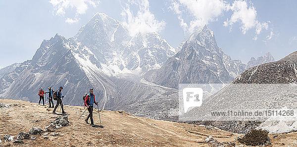 Nepal  Solo Khumbu  Everest  Gruppe von Bergsteigern beim Wandern in Dingboche