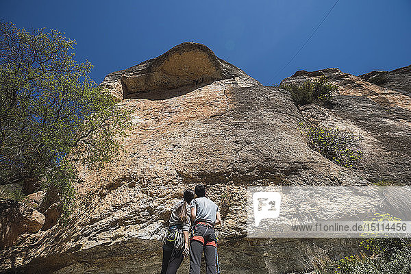 Ehepaar vor einer Kletterwand stehend