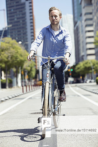 Mann mit Fahrrad auf dem Fahrradweg