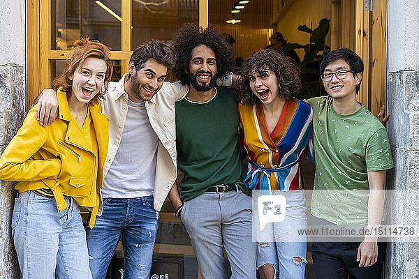 Glückliche Gruppe von Freunden posiert in der Stadt