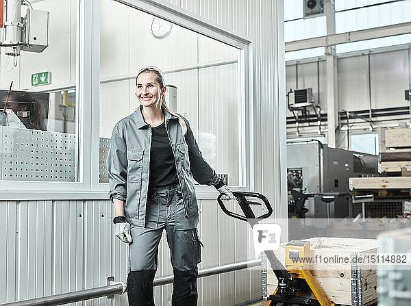 Industrie  Frau mit Hubwagen