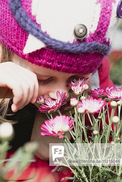 Nahaufnahme eines Mädchens  das an Blumen riecht