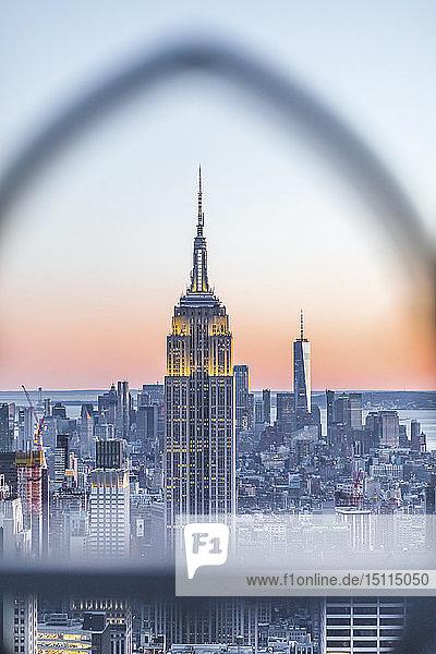 Skyline bei Sonnenuntergang mit dem Empire State Building im Vordergrund und dem One World Trade Center im Hintergrund  Manhattan  New York City  USA