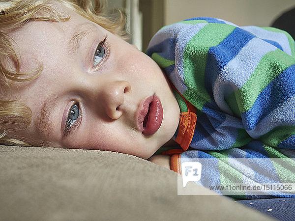 Porträt eines liegenden kleinen Jungen