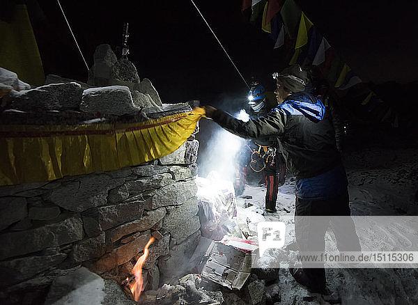 Nepal  Solo Khumbu  Sherpas bei der nächtlichen Kontrolle des Everest-Basislagers