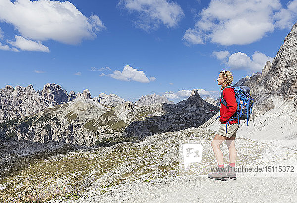 Wanderin mit Blick auf die Aussicht  Gebiet Tre Cime di Lavaredo  Naturpark Tre Cime  Unesco-Weltnaturerbe  Sextner Dolomiten  Italien